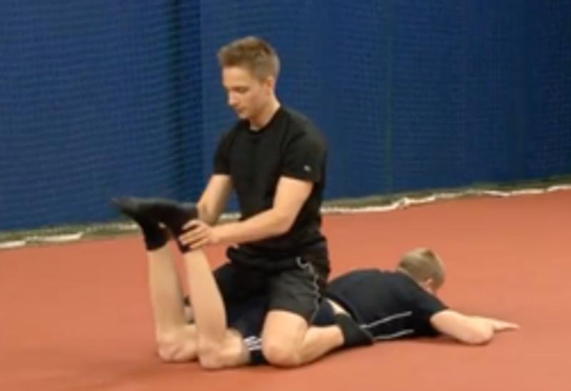 Ejercicio para fortalecer la parte posterior del muslo (en parejas)